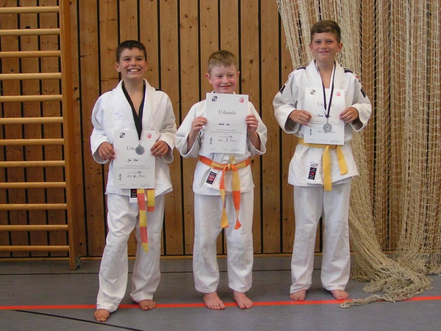 Judoka mit Urkunden
